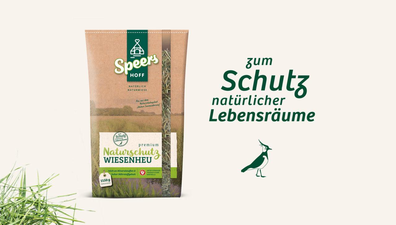 Bild zeigt Verpackung Naturschutzwiesenheu und Slogan zum Schutz natürlicher Lebensräume