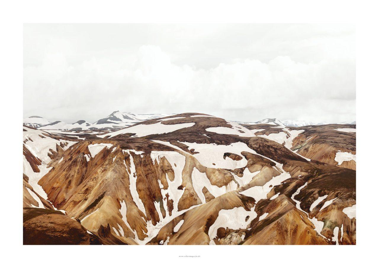 """Poster Querformat vom ÜBER Magazin """"Island Poster 1"""" mit weissen Berge, Schnee und viel Himmel"""