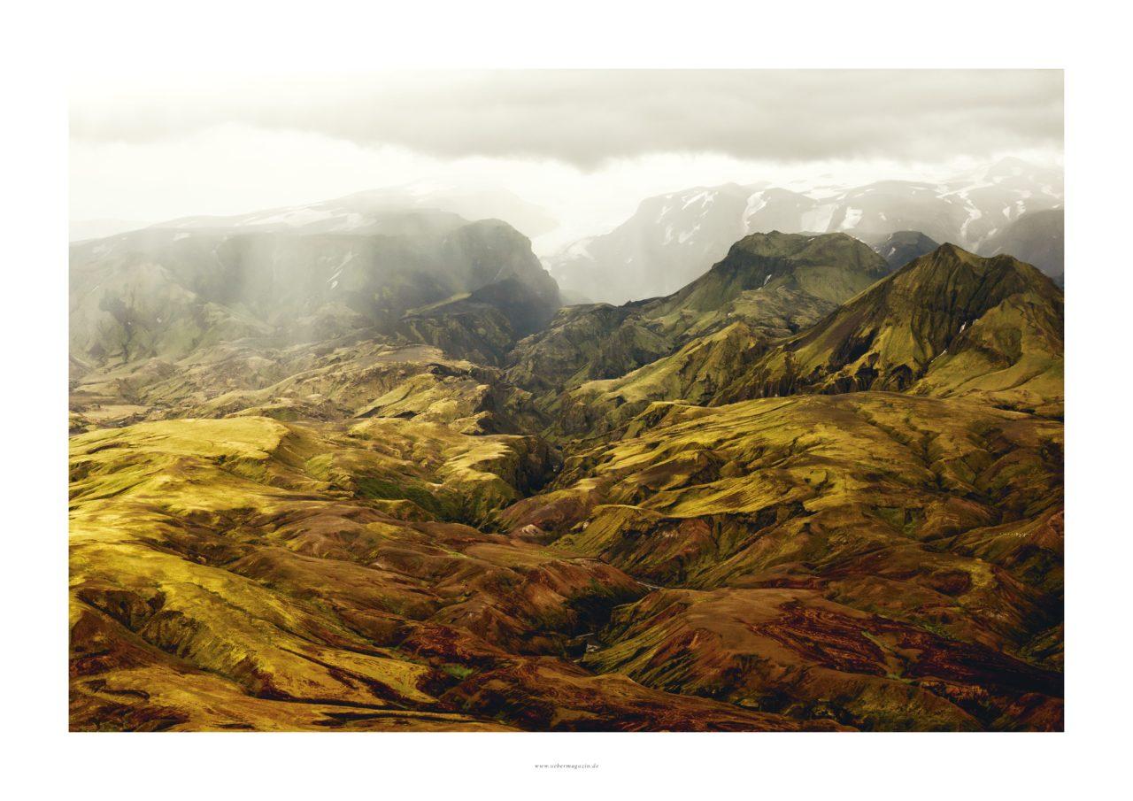 """Poster Querformat vom ÜBER Magazin """"Island Poster 2"""" mit grünen Hügel, weisse Berge im Hintergrund"""