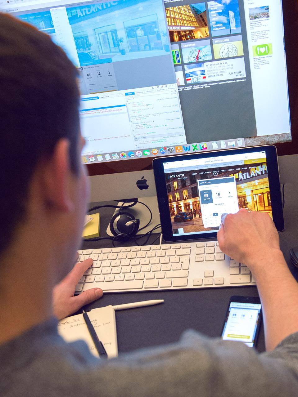 Website der ATLANTIC Hotels jeweils in der Desktop Version, Tablet und Smartphone während des Arbeitsprozesses an dieser
