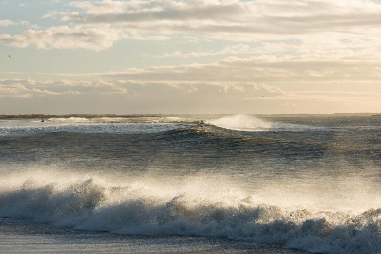 Foto zeigt die perfekten Wellen zum Surfen in Dänemark in Cold Hawaii