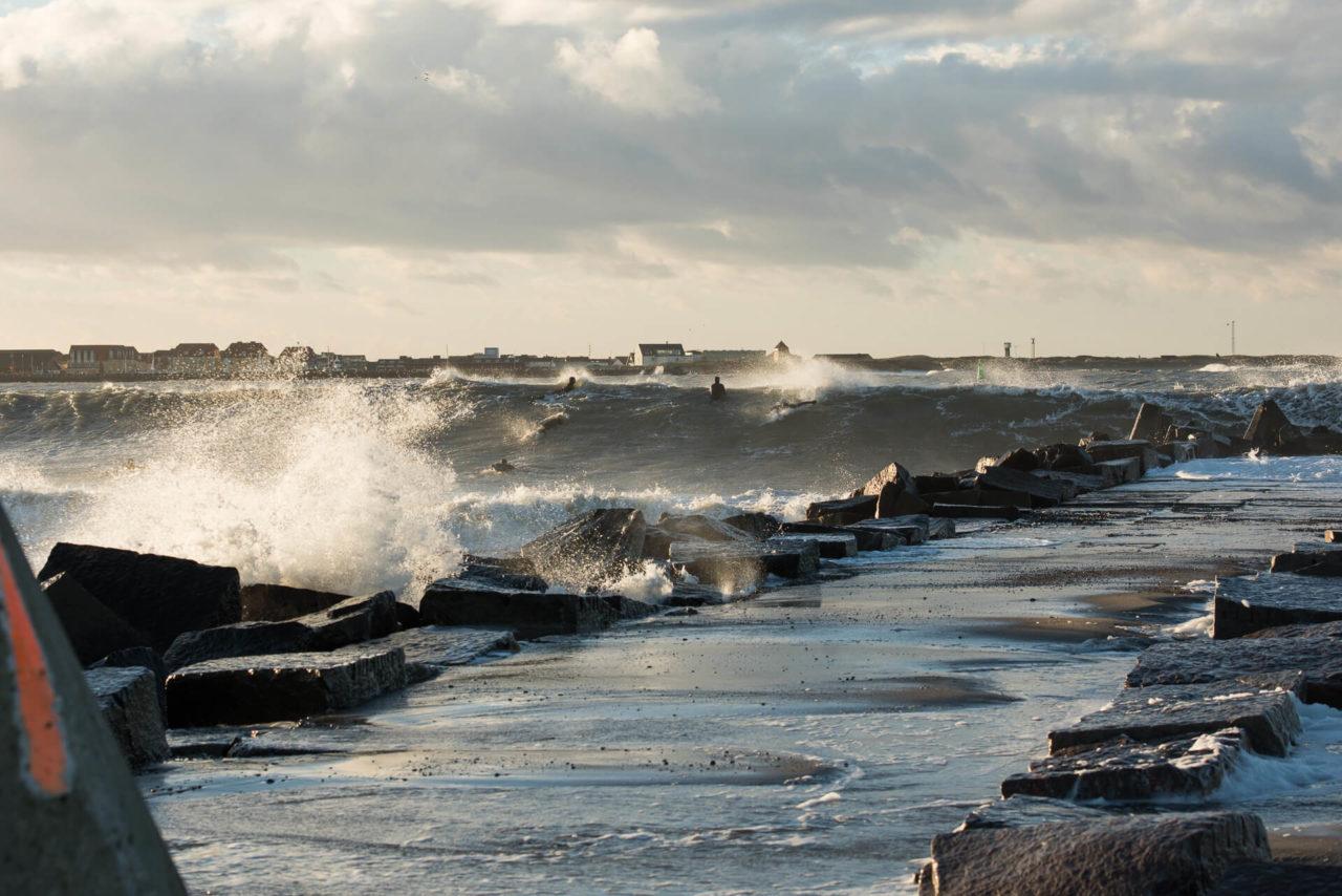 Foto von der Fotostory Redeleit und Junker zeigt Surfer beim Start in einer Welle