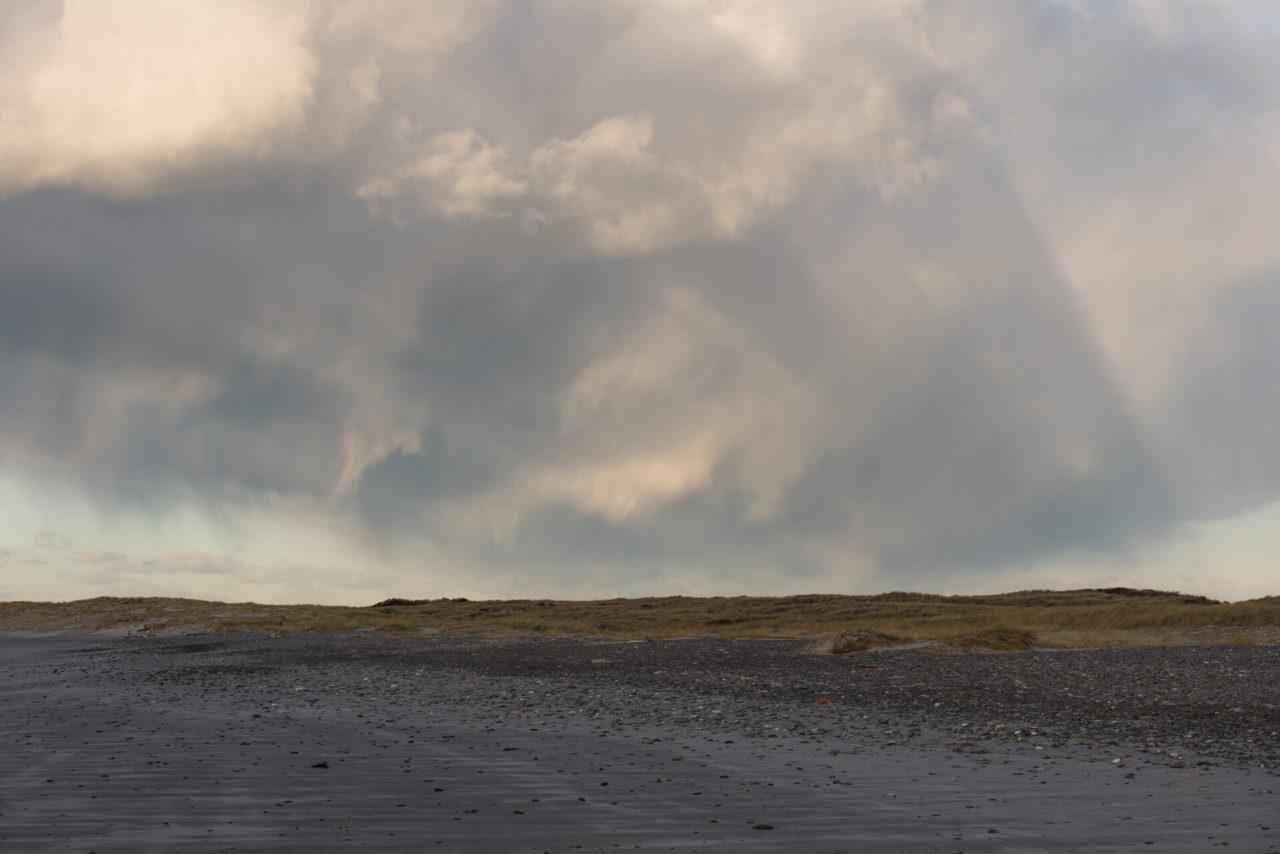 Foto von der Fotostory Redeleit und Junker zeigt Wolken am Himmel über Strand