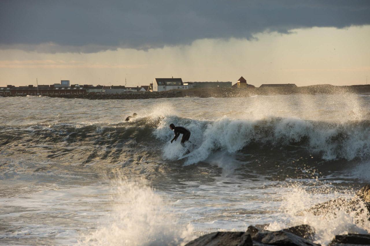 Foto von der Fotostory Redeleit und Junker zeigt einen Surfer beim Ritt auf einer Welle