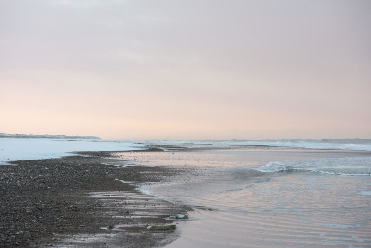 Foto von der Fotostory Redeleit und Junker zeigt einen Strand bei Sonnenaufgang