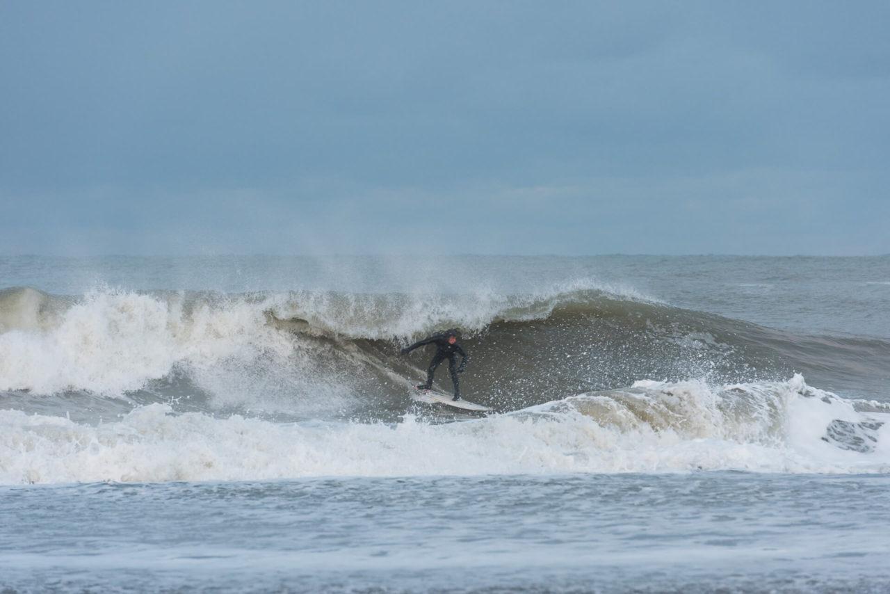 Foto von der Fotostory Redeleit und Junker zeigt einen Surfer in einer brechenden Welle