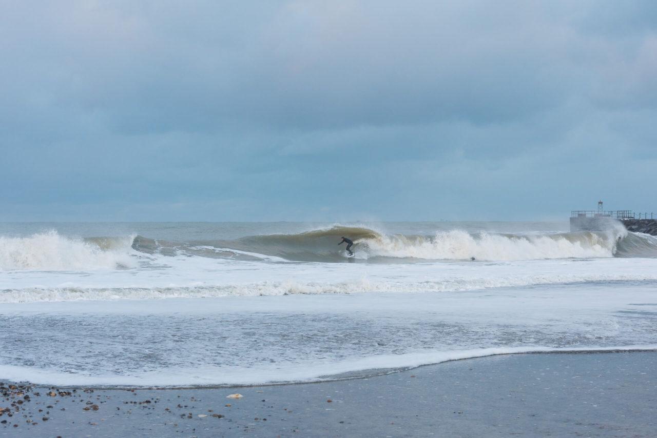 Foto von der Fotostory Redeleit und Junker zeigt einen Surfer beim Tubride in einer Welle