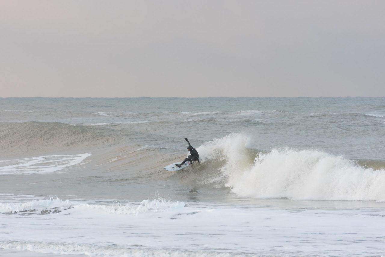 Foto von der Fotostory Redeleit und Junker zeigt einen Surfer beim Cutback in einer Welle