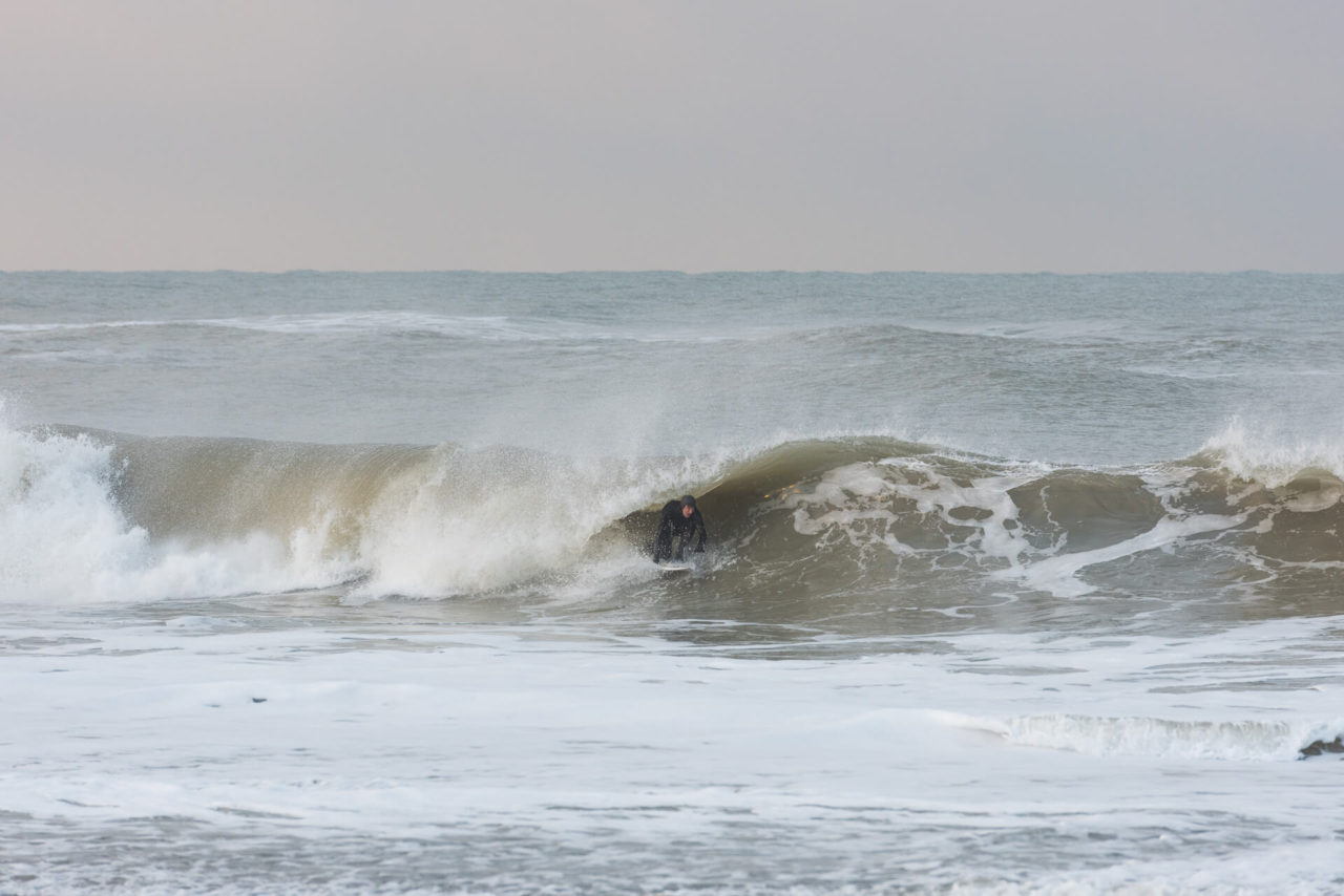 Foto von der Fotostory Redeleit und Junker zeigt einen Surfer beim Tuberide in einer Welle