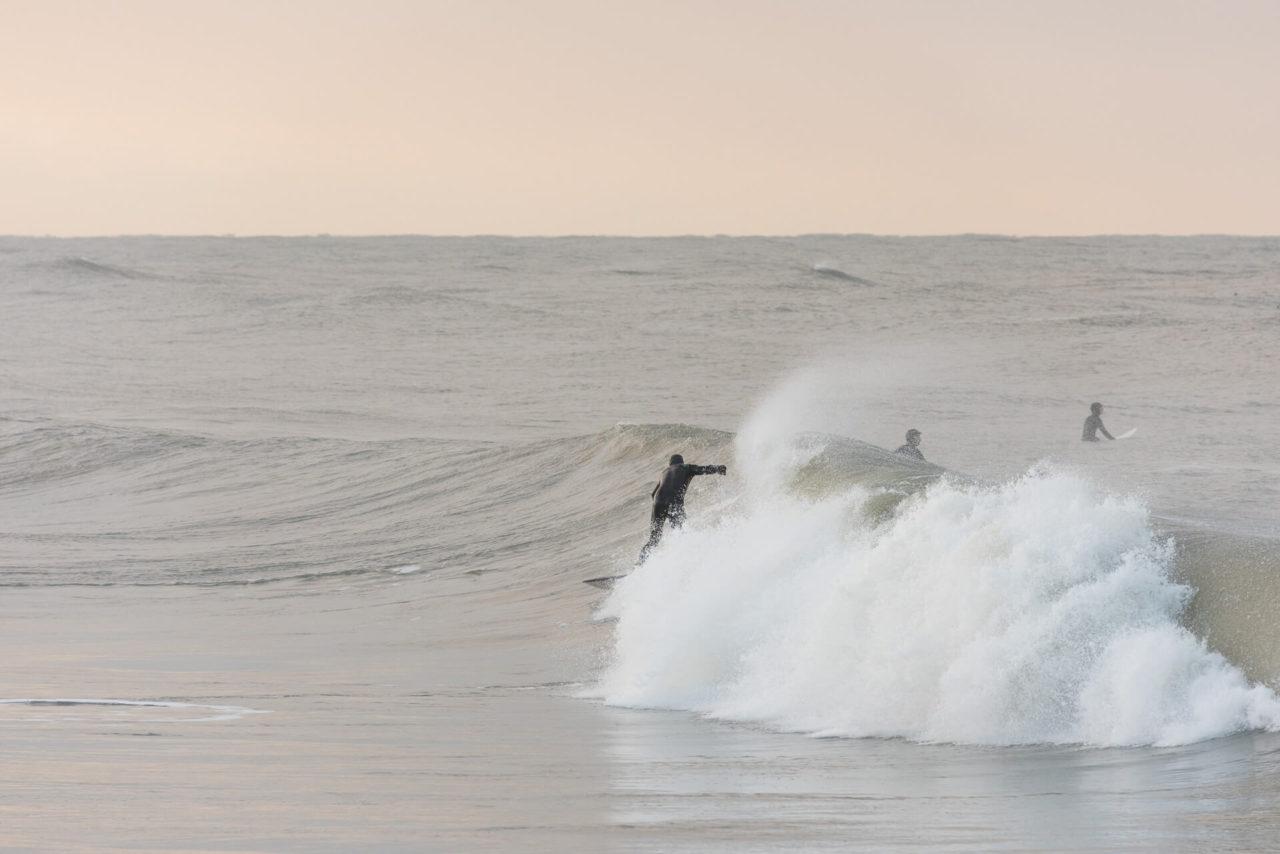 Foto von der Fotostory Redeleit und Junker zeigt einen Surfer in einer Welle