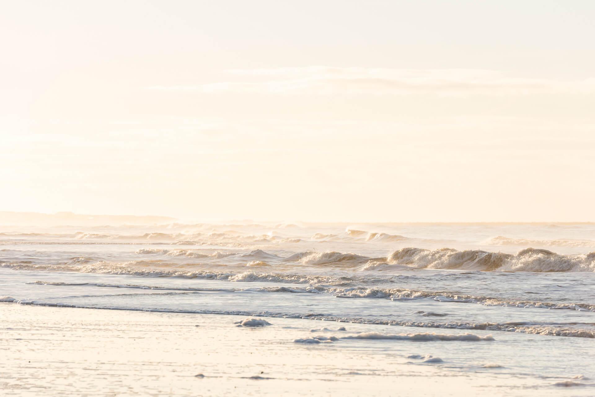 Foto von der Fotostory Redeleit und Junker zeigt Wellen am Strand