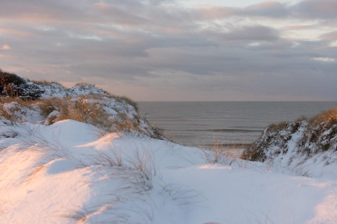 Foto von der Fotostory Redeleit und Junker Dänemark zeigt verschneite Dünen und das Meer