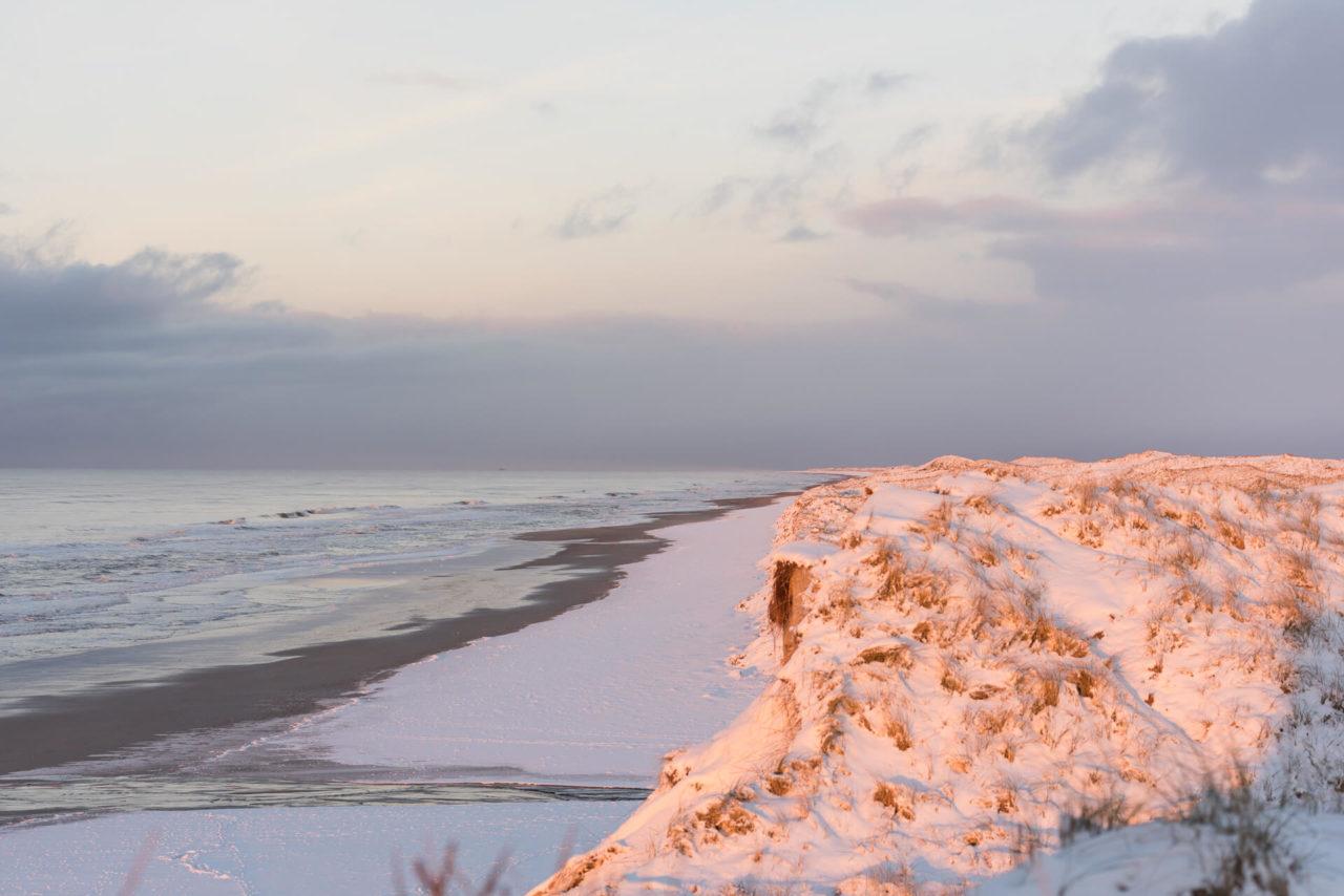 Foto von der Fotostory Redeleit und Junker Dänemark zeigt verschneite Dünen am Meer
