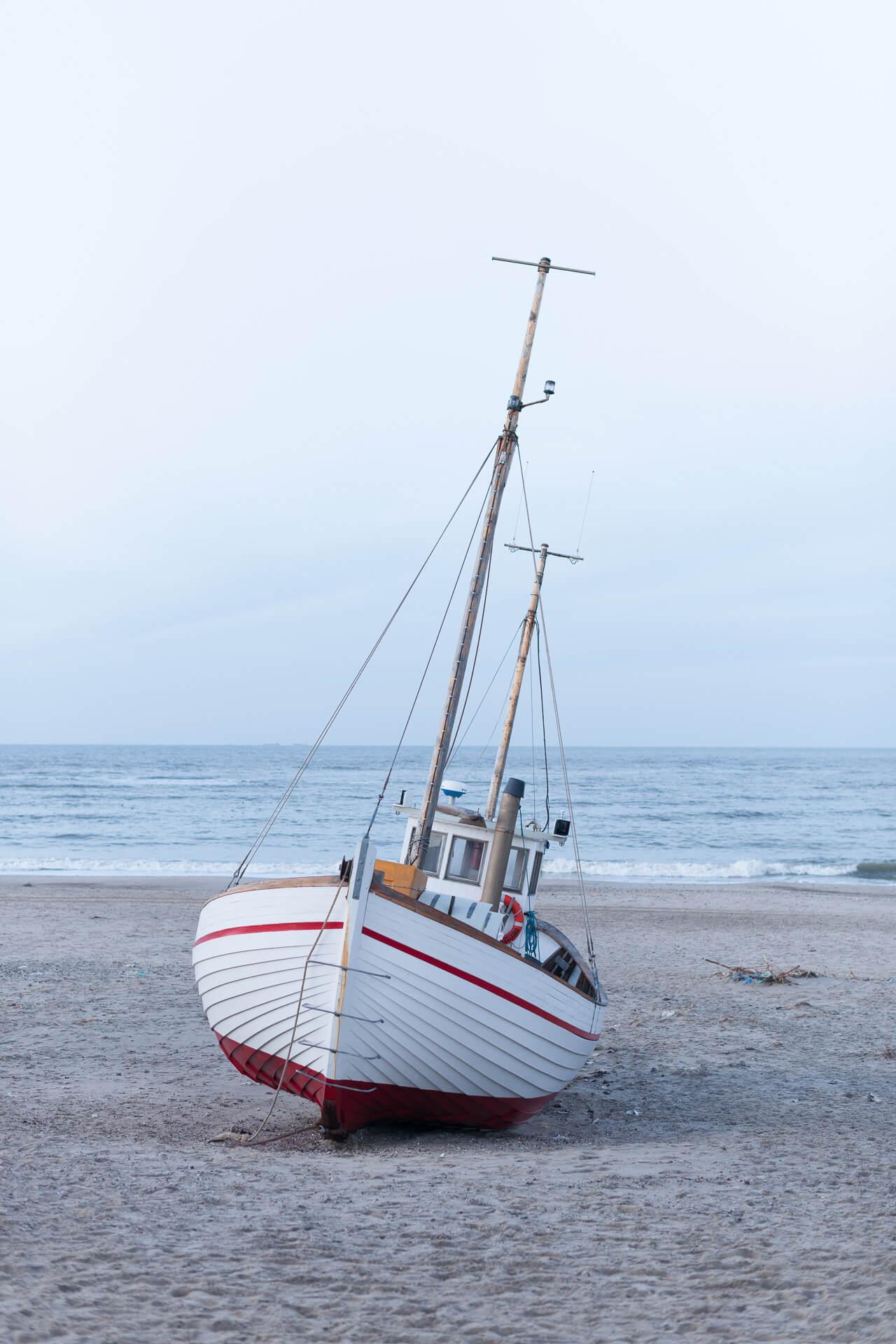 Foto von der Fotostory Redeleit und Junker Dänemark zeigt ein Fischerboot am Strand liegend