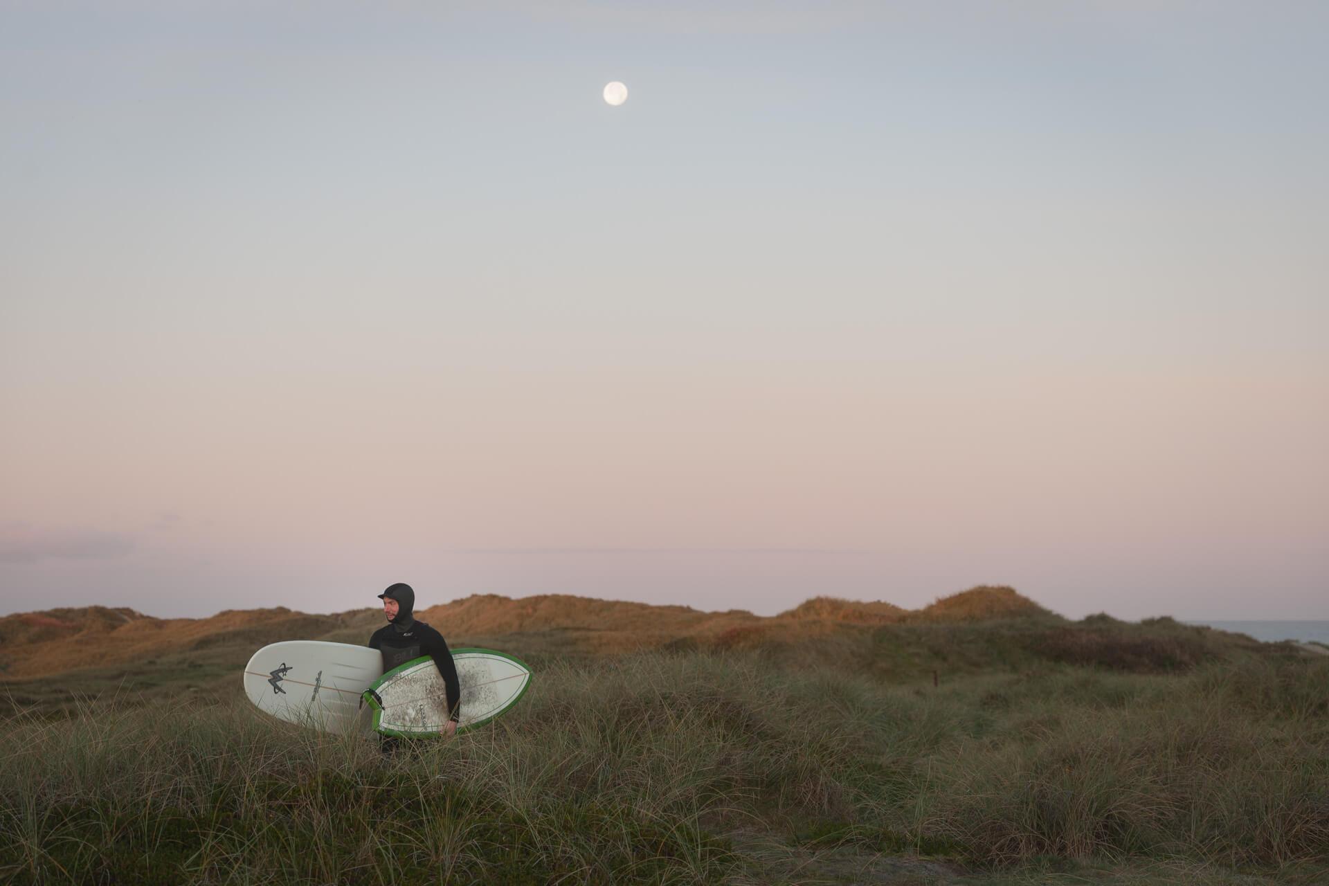 Foto von der Fotostory Redeleit und Junker Dänemark zeigt einen Surfer mit Surfboards
