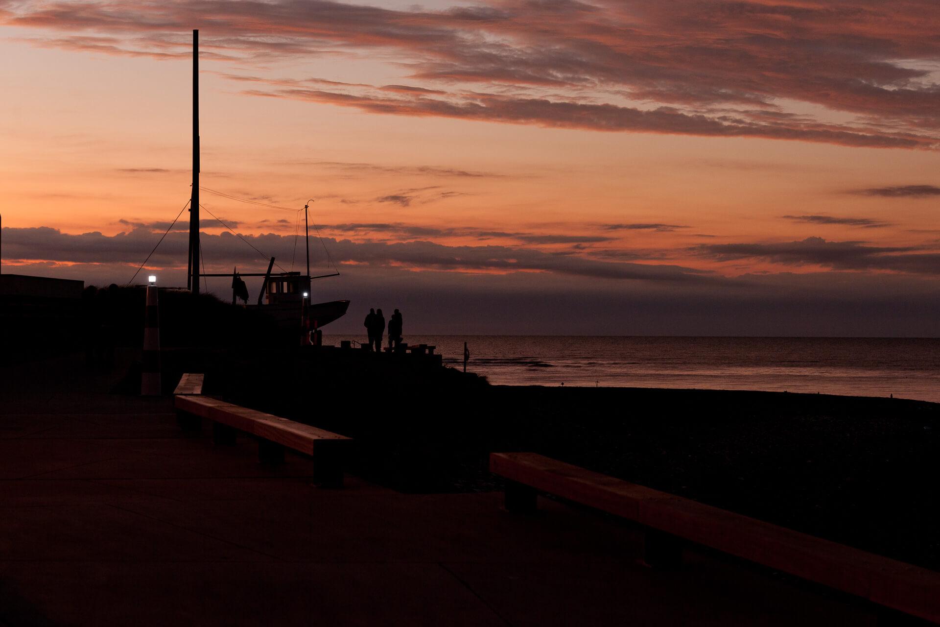 Foto von der Fotostory Redeleit und Junker Dänemark zeigt eine Promenade mit Menschen bei Sonnenuntergang