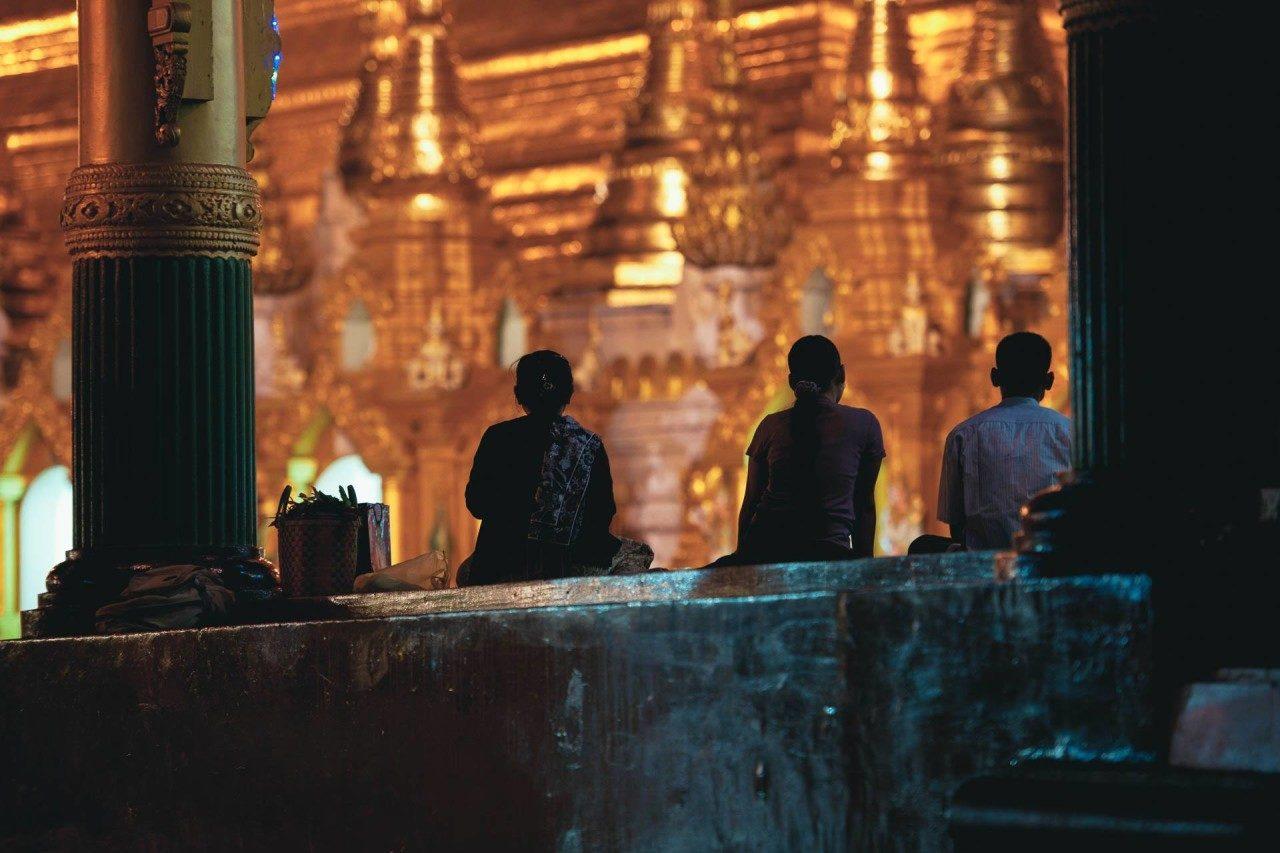 Myanmar Menschen im Tempel Fotostory von Nils Junker