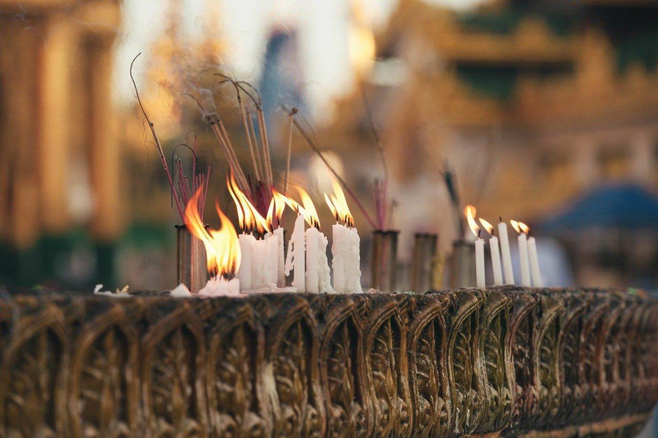 Kerzen im Tempel Myanmar Fotostory von Nils Junker
