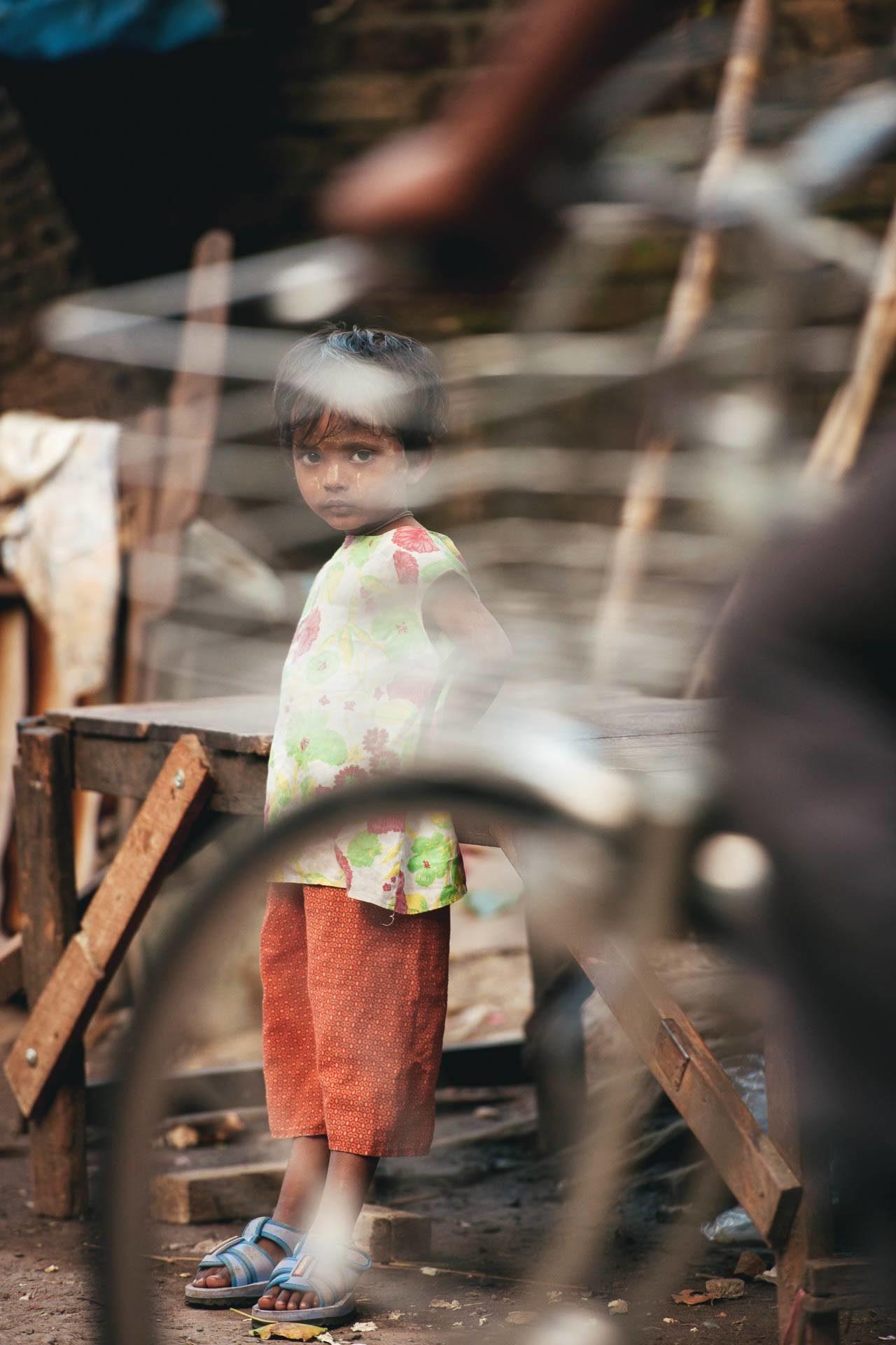 Mädchen hinter Fahrrad Myanmar Fotostory von Redeleit und Junker