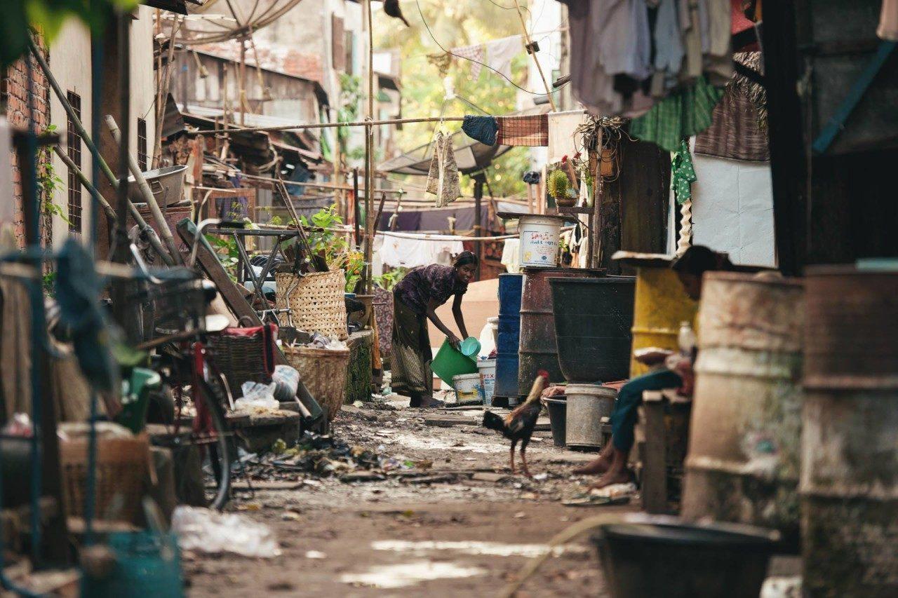 Frau Nebenstrasse Myanmar Fotostory von Nils Junker