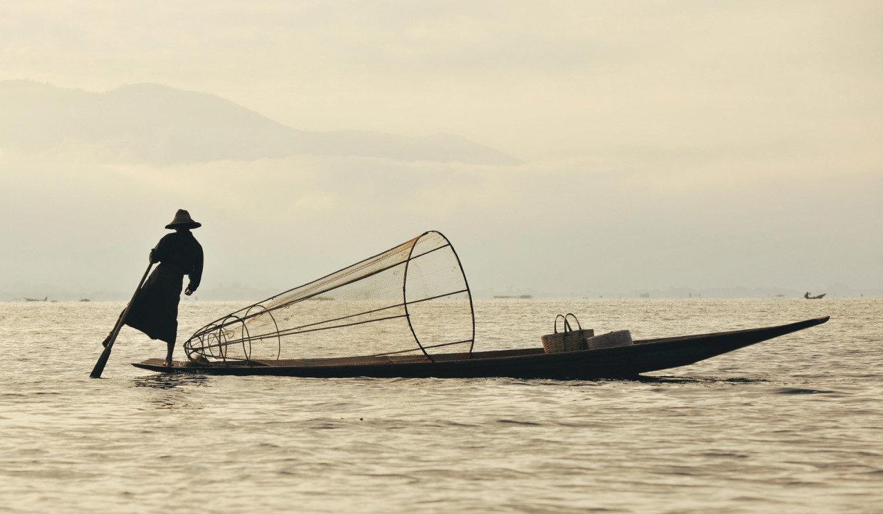 Mann Fischerboot Myanmar Fotostory von Redeleit und Junker