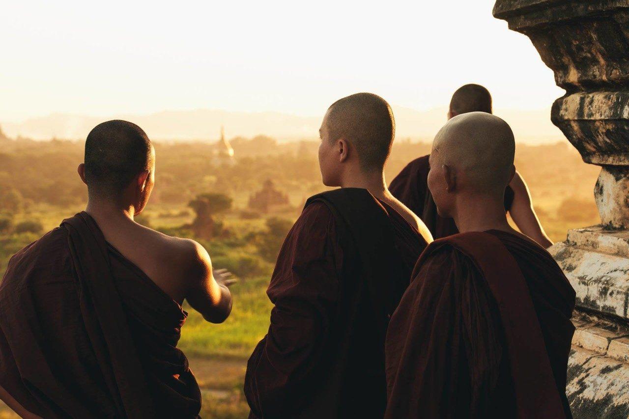 Vier Mönche oben Tempelanlage Myanmar Fotostory von Nils Junker