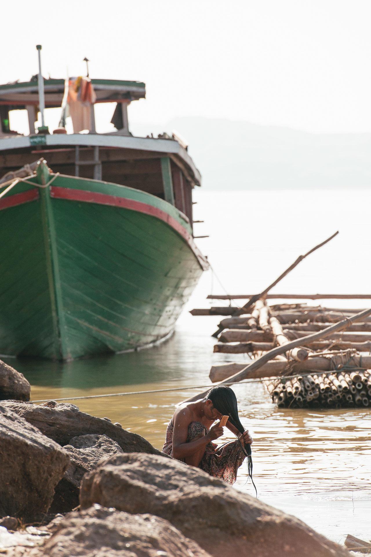 Frau Körperpflege Boot Fluss Myanmar Fotostory von Redeleit und Junker