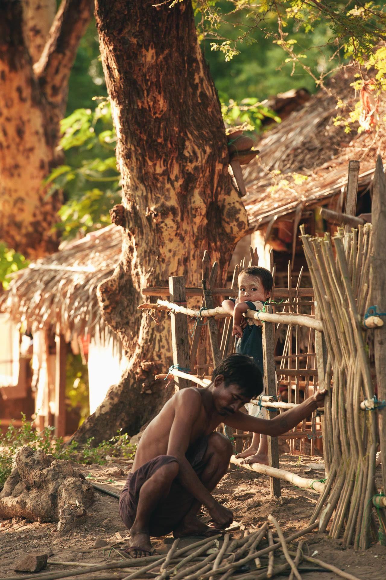 Mann Zaun Kind Myanmar Fotostory von Nils Junker
