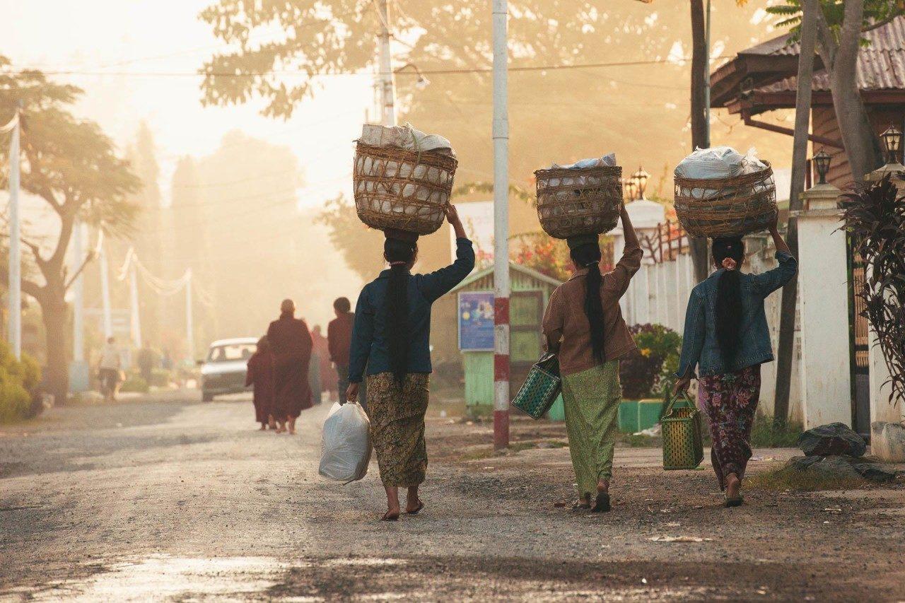 Drei Frauen Wäsche Straße Myanmar Fotostory von Redeleit und Junker