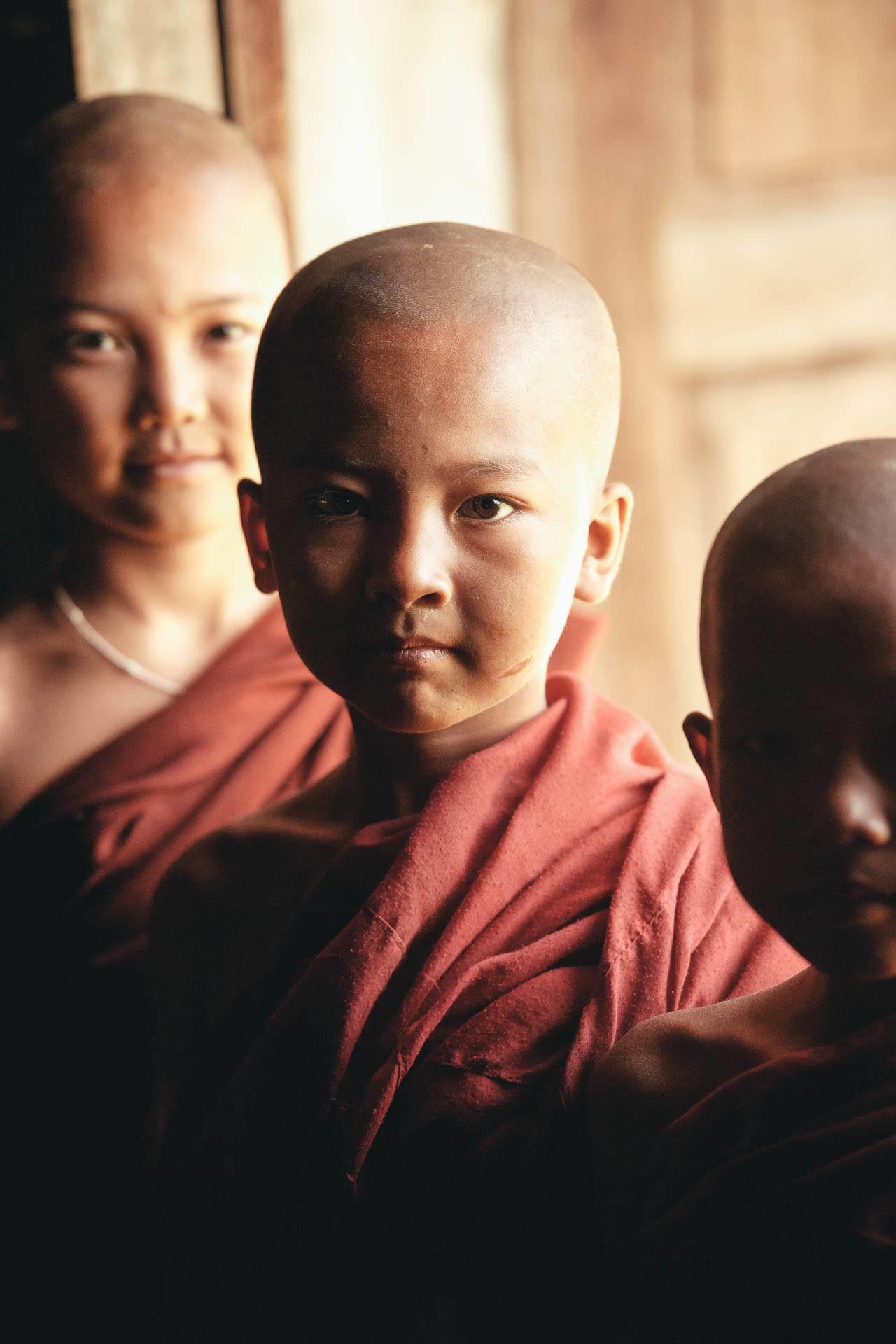 Drei Kindermönche Myanmar Fotostory von Redeleit und Junker
