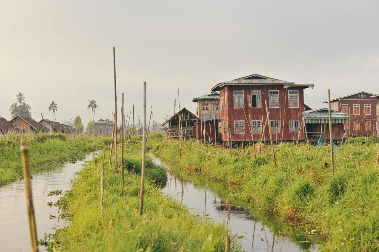 Häuser auf Stelzen am Fluss Myanmar Fotostory von Nils Junker
