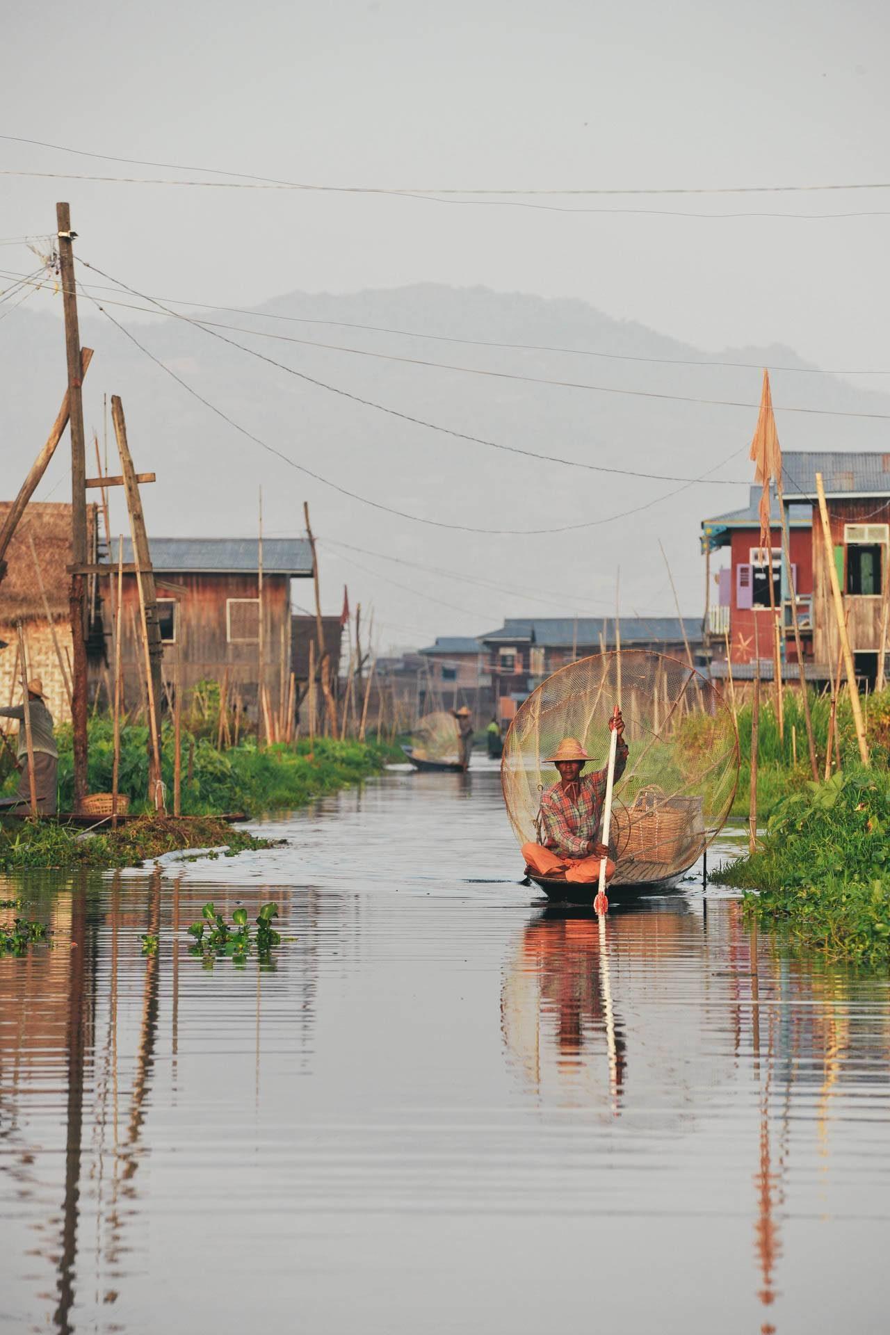 Mann Boot Fluss Myanmar Fotostory von Nils Junker