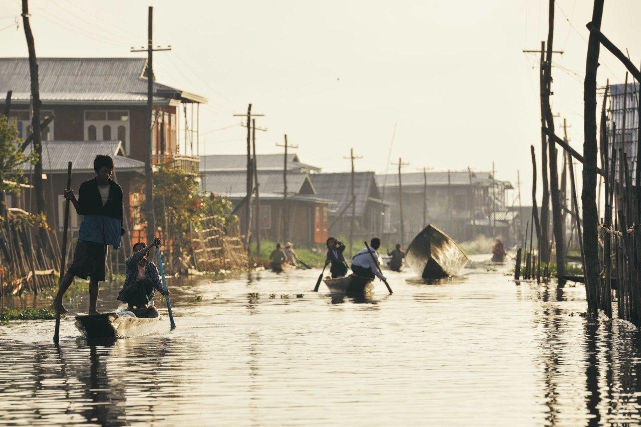 Boote Fluss Häuser Myanmar Fotostory von Redeleit und Junker