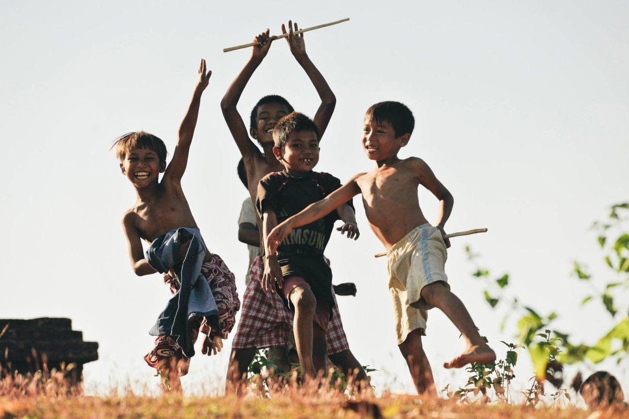 Vier spielende lachende Kinder Fotostory von Redeleit und Junker