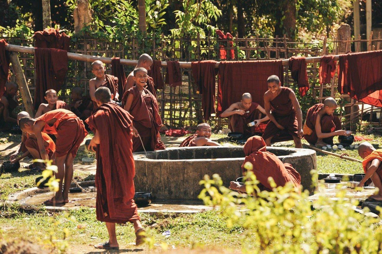 Mönche Waschtag Brunnen Fotostory von Redeleit und Junker