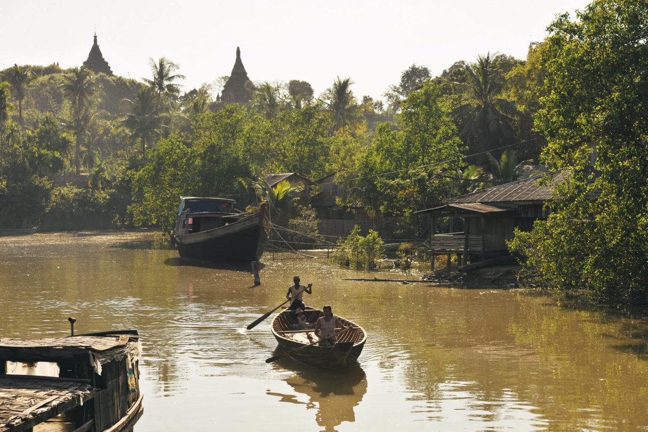Ruderboot Fotostory von Redeleit und Junker - Boot und zwei Personen auf Fluss