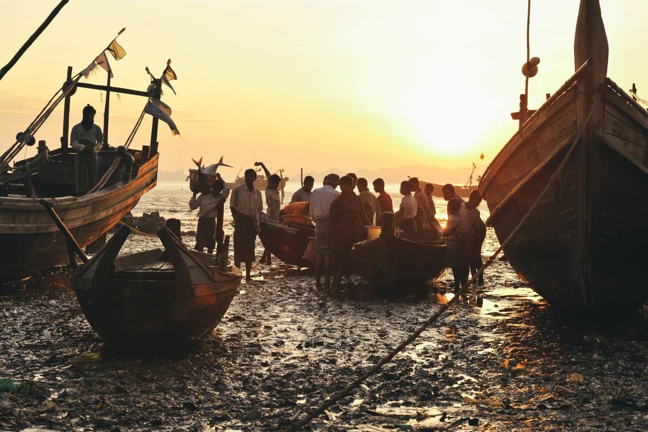 Männer Sonnenuntergang Strand Fischerboote Fotostory von Redeleit und Junker