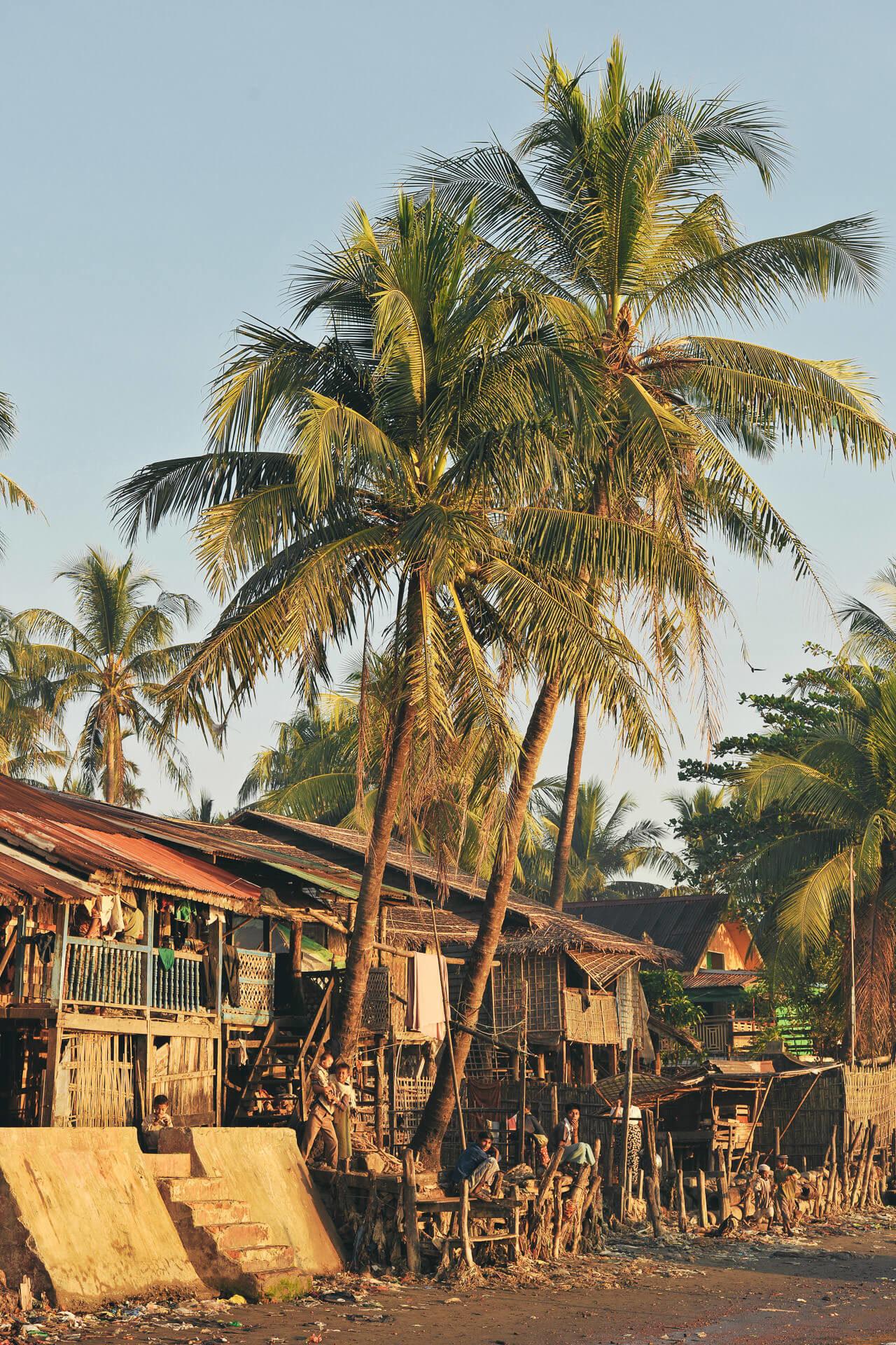 Palmen Häuser Fotostory von Redeleit und Junker - Kinder und Hütten