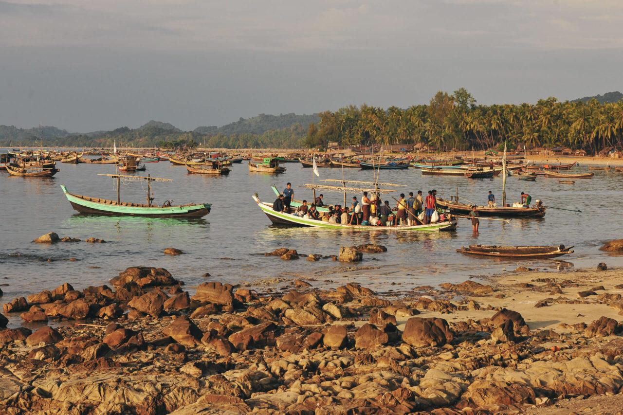 Fischerboote Fotostory von Redeleit und Junker - Boot mit Menschen in Burma
