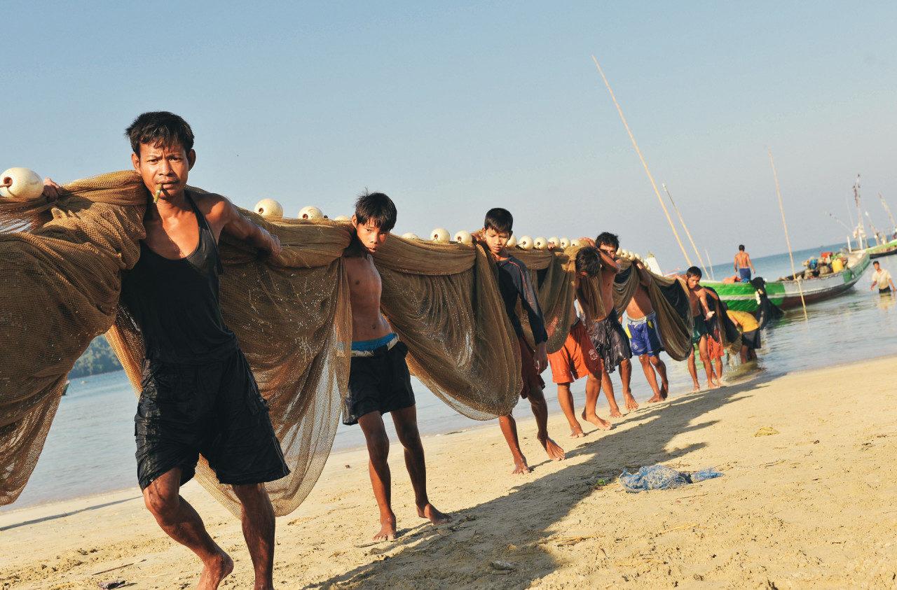 Männer ziehen Fischernetze Fotostory von Redeleit und Junker