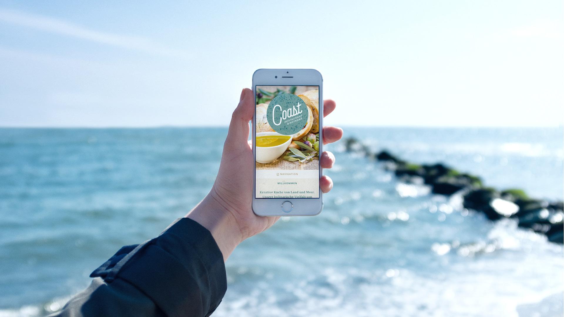 Mobile Website des Restaurant Coast auf einem Smartphone