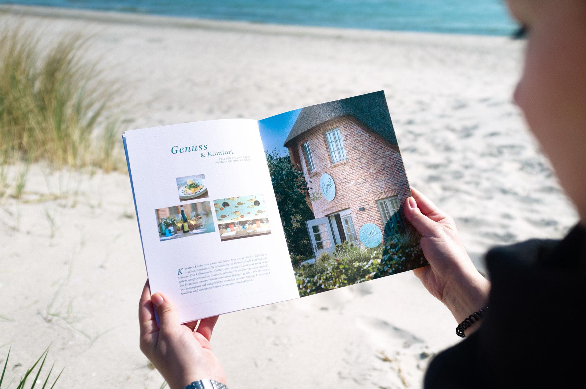 Informationsheft mit großen Bildern und ansprechendem Design für das Restaurant Coast in Rantum auf Sylt