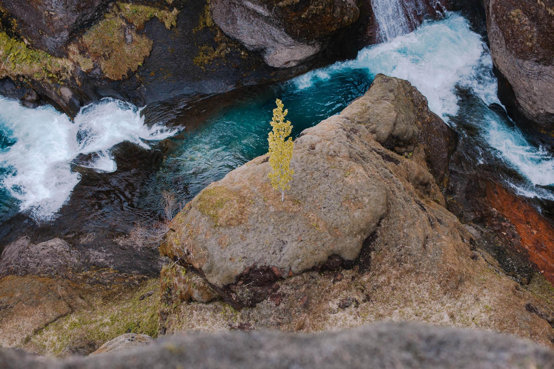 Fotostory von Redeleit und Junker - Fluss in Schlucht in Island