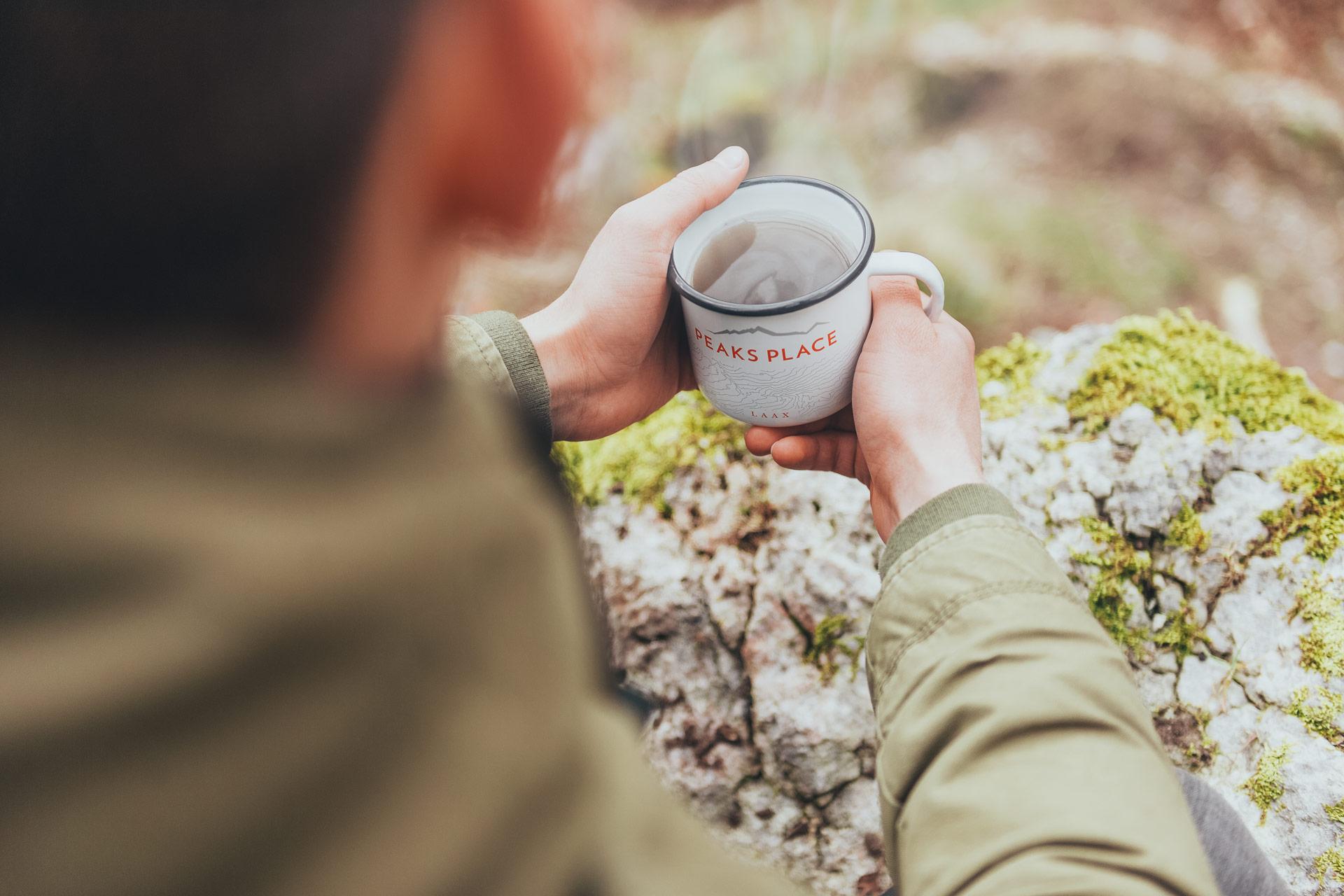 Tasse des Peaks Place in Laax, welche durch Redeleit und Junker designt wurde