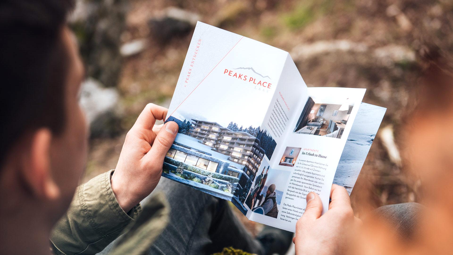 Flyer des Peaks Place Hotel in Laax mit Informationen zum Hotel