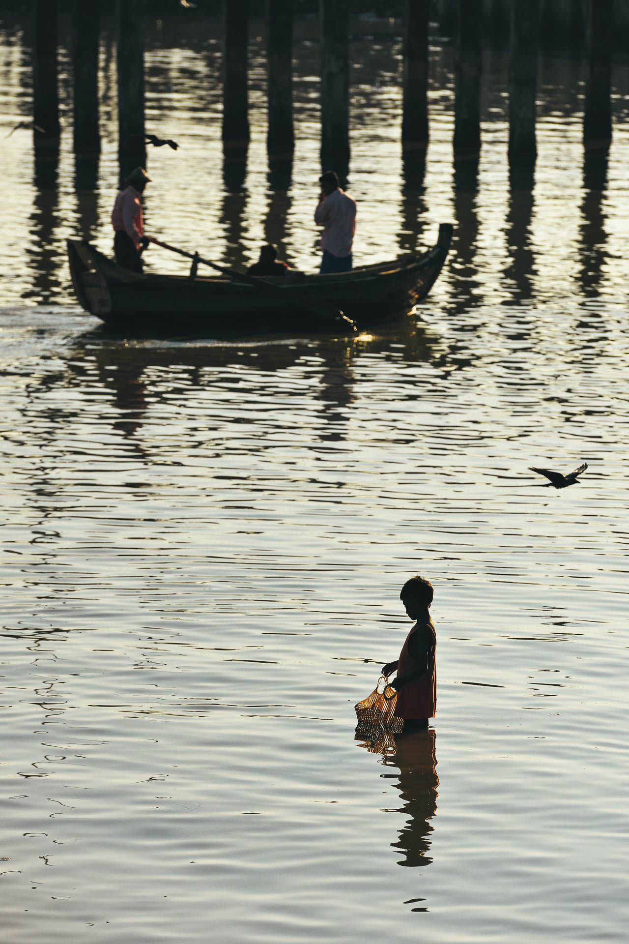 Kind im Wasser in Burma Fotostory von Redeleit und Junker