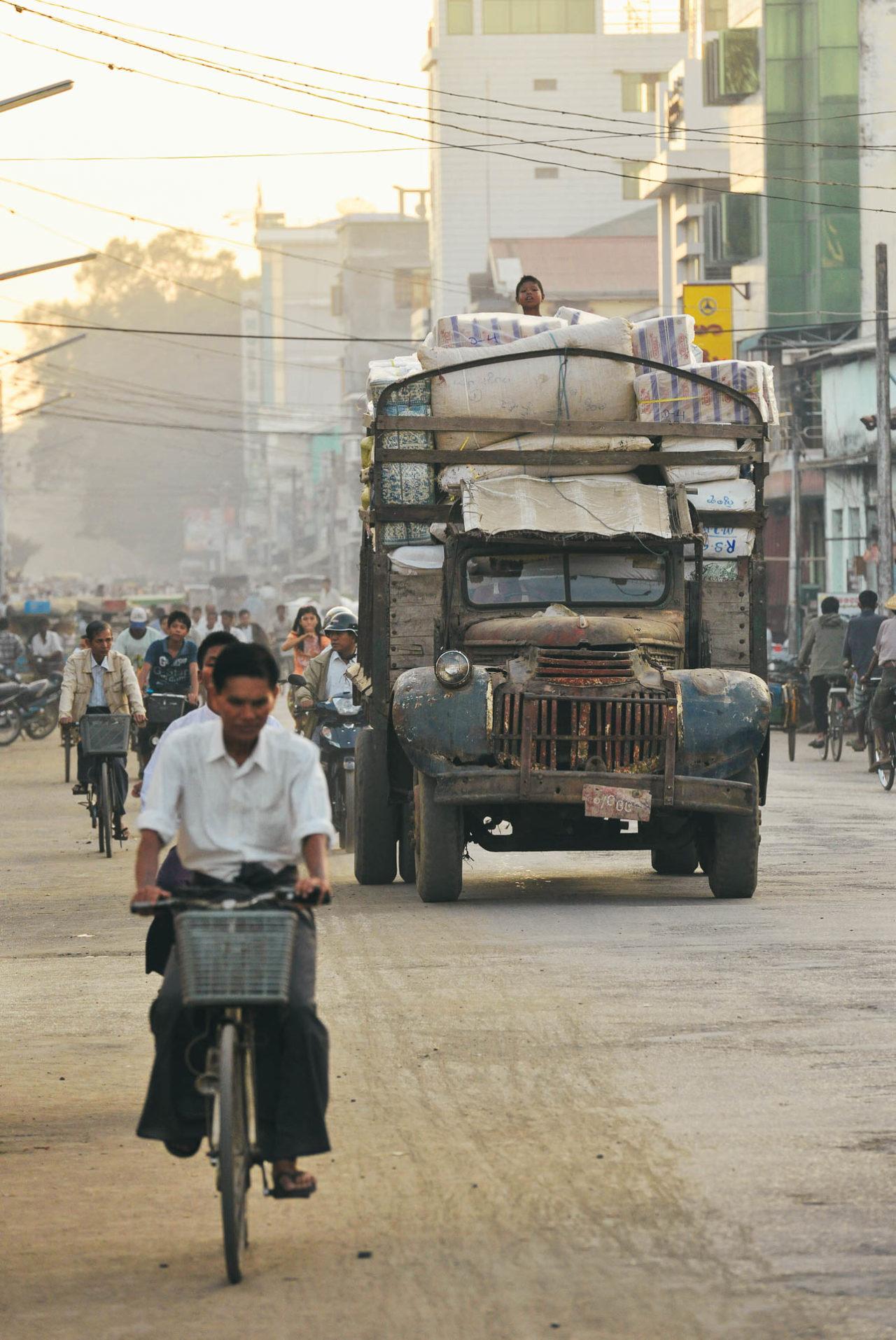 Straßenverkehr in Burma Fotostory von Redeleit und Junker