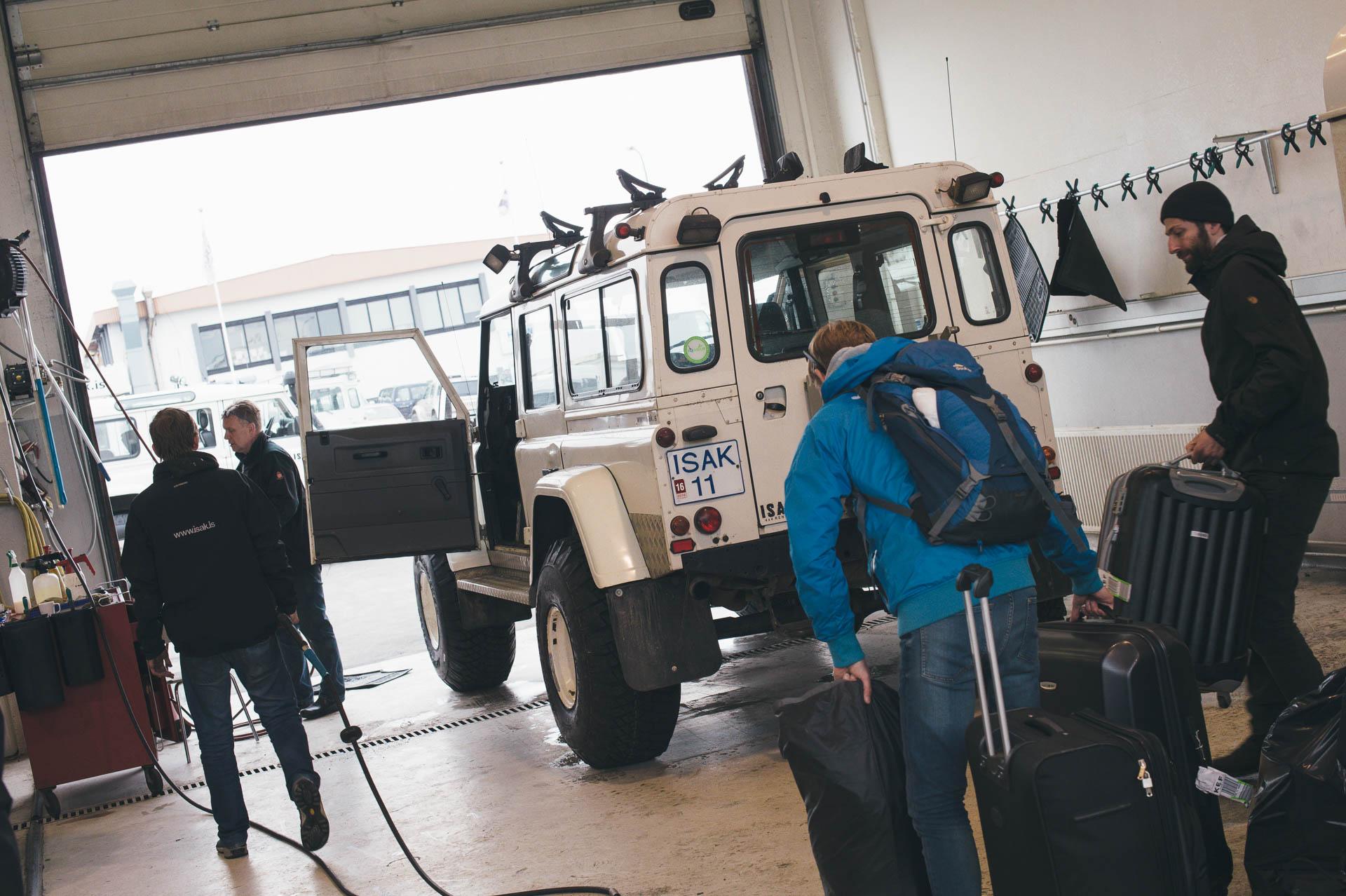 Benjamin Redeleit und Nils Junker tragen mit ihren Freunden in Island das Equitment in den Land Rover