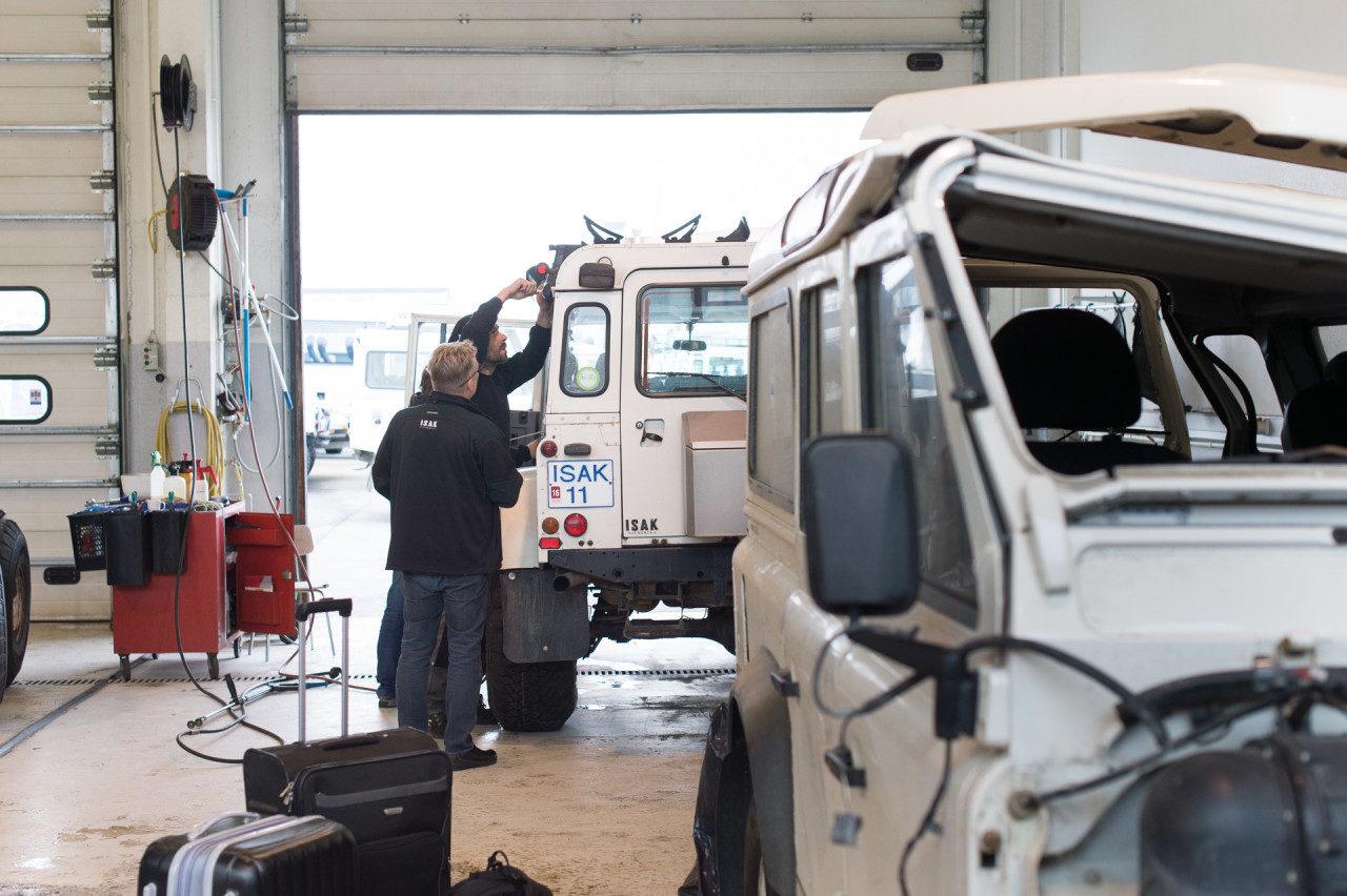 Nils Junker bestückt den Land Rover für die bevorstehende Fotosstory in Island