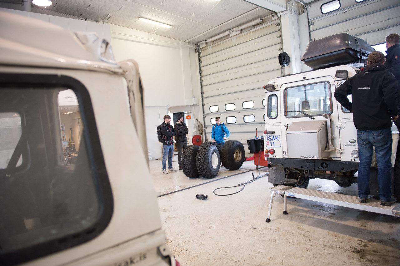 Letzte Absprachen in der Garage zwischen den vier Freunden bevor es zum Fotografieren in die Landesmitte Islands geht